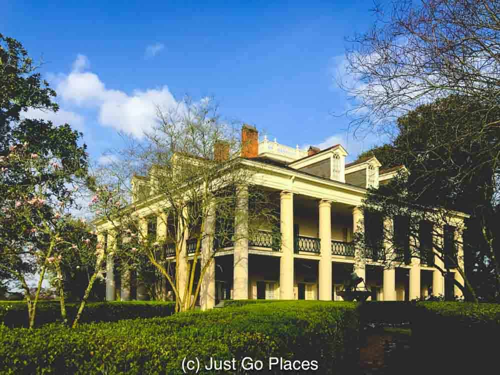 Gardens at Oak Alley Plantation | New Orleans Plantation Country | Louisiana plantation homes | Oak Alley Plantation tour | #roadtripUSA #visitLouisiana #DeepSouth #NOLAplantations #OakAlleyPlantation
