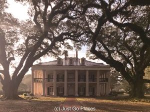 The Live Oaks at Oak Alley Plantation | New Orleans Plantation Country | Louisiana plantation homes | Oak Alley Plantation tour | #roadtripUSA #visitLouisiana #DeepSouth #NOLAplanatations #OakAlleyPlantation