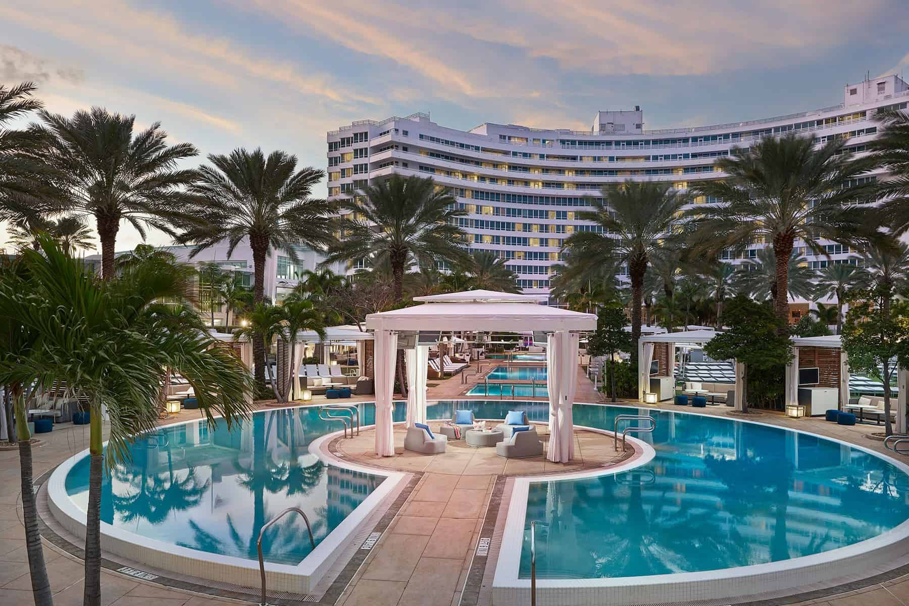 the resort pool at the Fontainebleau